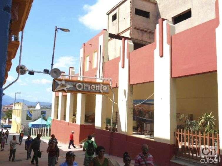 Fachada del cine-teatro Oriente en la calle Enramadas de Santiago de Cuba / Foto: Reinaldo Cedeño