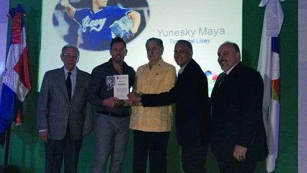 Yuniesky Maya sostiene su premio en la Liga dominicana. Foto: twitter.com