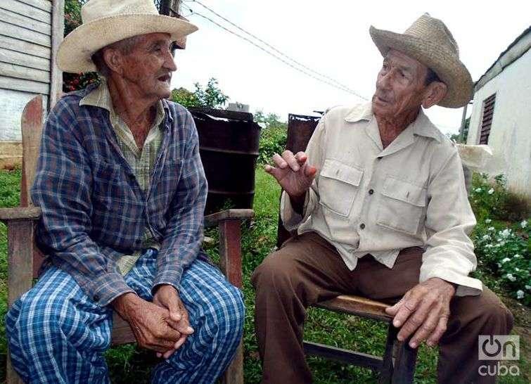 Osmundo (87 años) y José Antonio (91), dos campesinos que conocen la leyenda desde pequeños, consideran que detrás de este tipo de historias, siempre hay algo real / Foto: Ronald Suárez