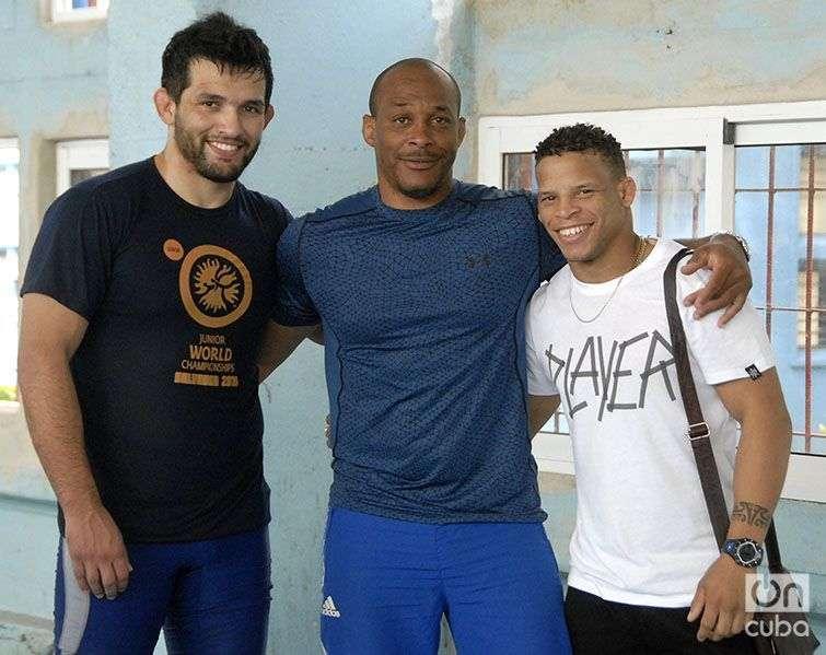 Néstor Almanza (al centro) con el luchador cubano Ismael Borrero (a la izquierda) y el chileno Matías Calabaza. Foto: Abel Rojas