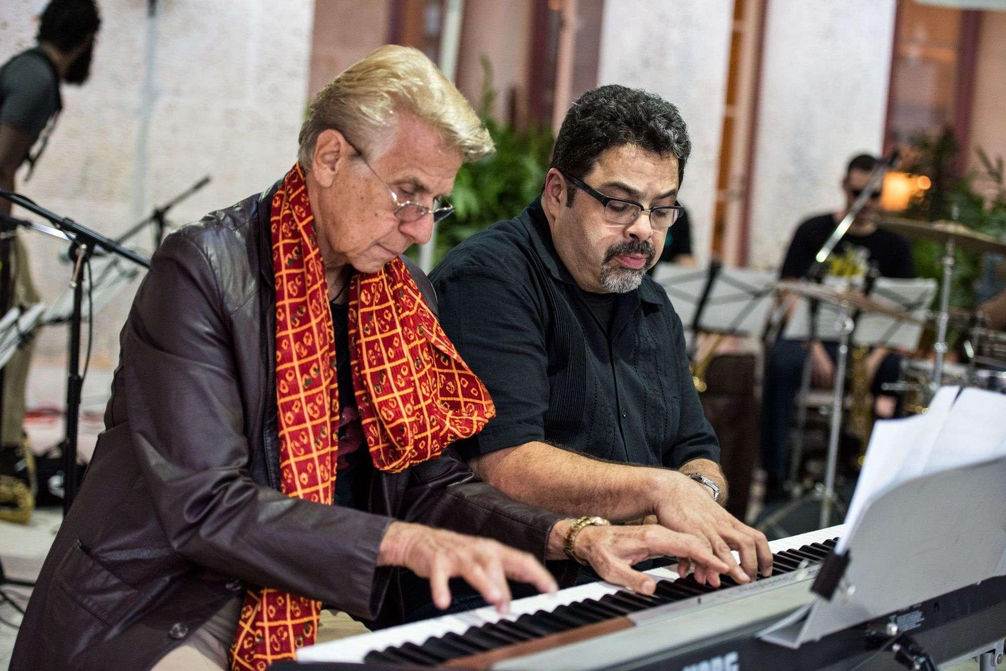 Arturo O'Farril y Bobby Carcassés tocan juntos en la Residencia del embajador de Estados Unidos en La Habana. Foto: cortesía del entrevistado.