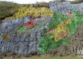 El Mural de la Prehistoria, en el valle de Viñales, muestra la evolución de la vida en esta región del occidente de Cuba, con grandes valores arqueológicos, geológicos y paleontológicos / Foto: Ronald Suárez