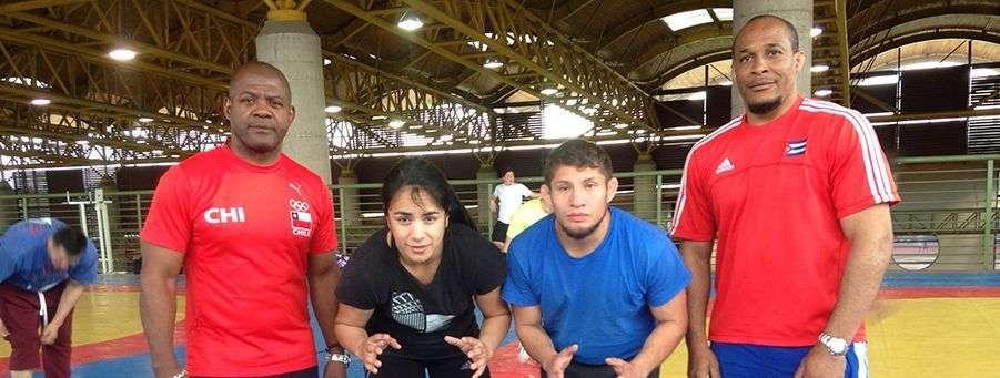 Dos entrenadores cubanos, Néstor Almanza y Eugenio Montero (izquierda) se encargan de los equipos chilenos de lucha en ambos sexos. Foto: Federación Chilena de Lucha