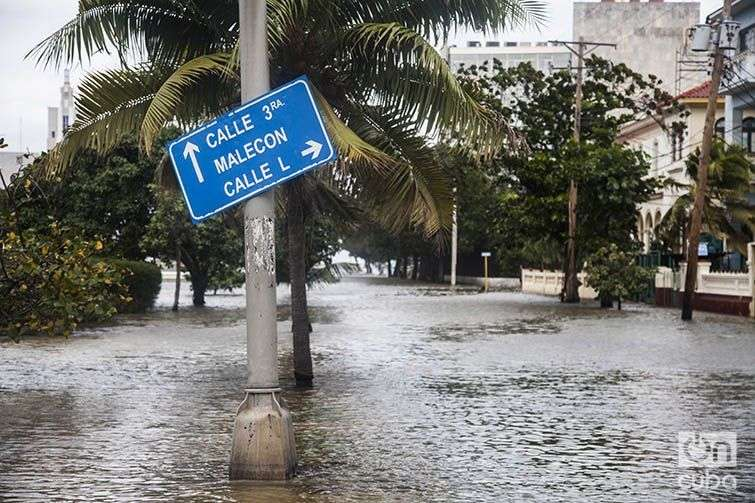 Inundación en el malecón de La Habana el 23 de enero de 2016. Foto: Claudio Peláez Sordo