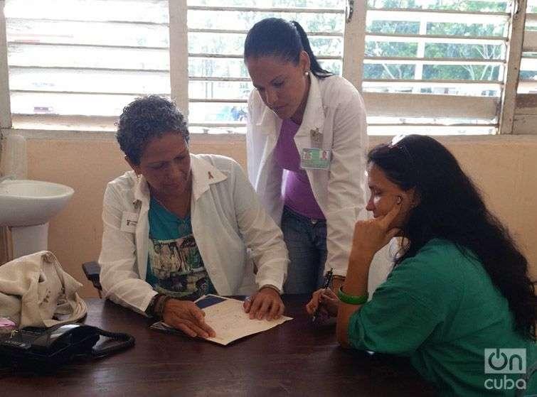 De izquierda a derecha: la doctora Aisa Serrano, la especialista en formación Yehilyn Iglesias y la doctora Ana María Crespo. Foto: Claudia Padrón Cueto