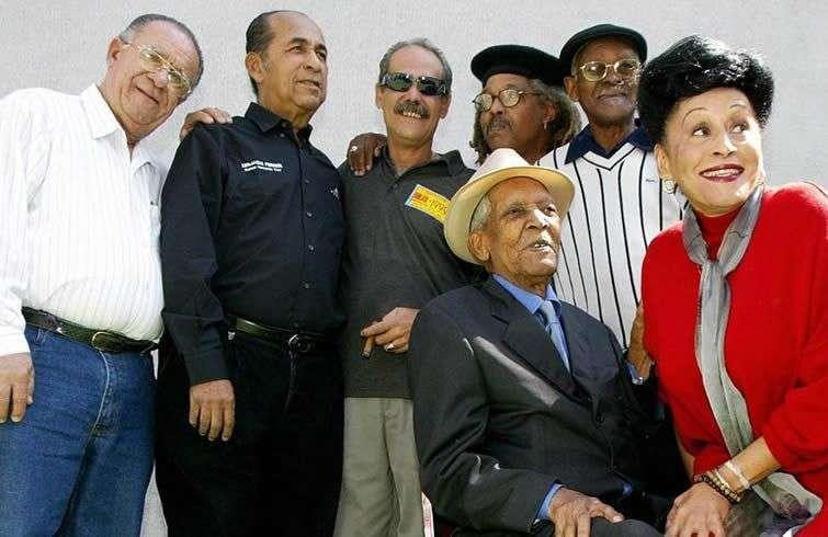 De izquierda a derecha: Guajiro Miraval, Israel 'Cachao' Lopez, Barbarito Torrez, Juan de Marcos, Ibrahim Ferrer, Compay Segundo y Omara Portuondo en México, en febrero de 2003. Foto: Jorge Uzon/AFP/Getty