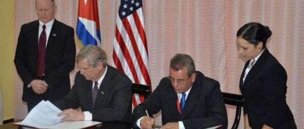 Thomas Vilsack, secretario de Agricultura de EE.UU. y Gustavo Rodríguez Rollero, ministro cubano de Agricultura. Foto: PBS