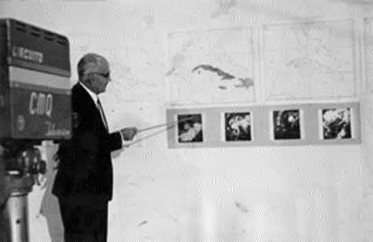 El Dr. Mario Rodríguez Ramírez, Director del Instituto de Meteorología, bajo cuya guía tuvo lugar la instalación y puesta en marcha de la primera estación receptora de fotografías tomadas por satélites meteorológicos en Cuba, explica ante la TV nacional sus características.
