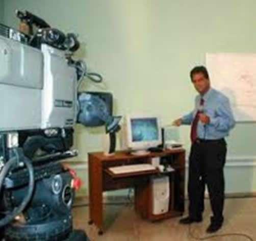 """El autor, en 1996 explica ante la TV el pronóstico del azote del huracán """"Lili"""" en Cuba, ya usando entonces la incipiente tecnología digital de imágenes de satélite."""