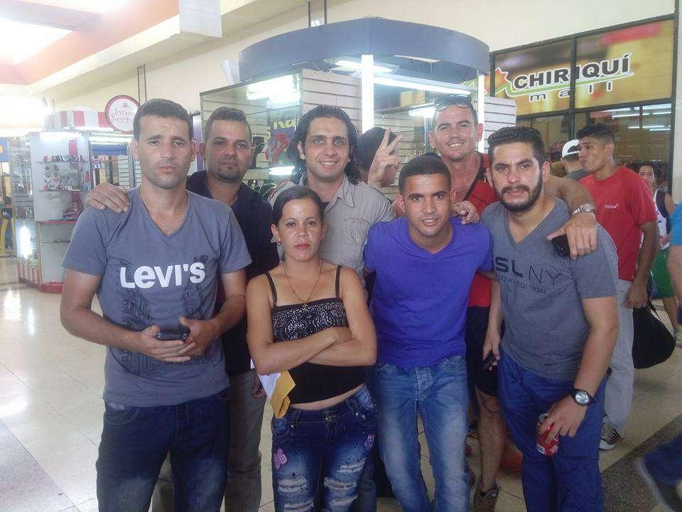 Ariel Calzadilla, al centro, junto a otros cubanos a punto de partir desde Chiriquí a México. Foto tomada de su perfil de Facebook.