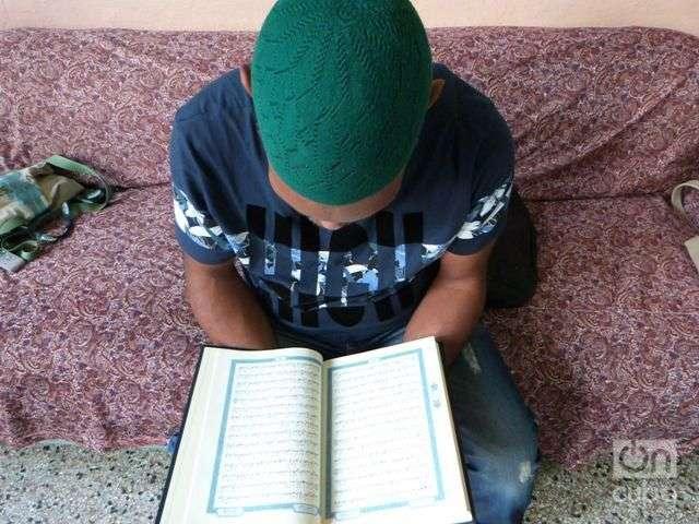 Aqil lee el Coran. Foto: Ángel Marquéz Dolz