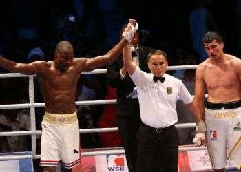 El boxeador de Cuba Erislandy Savón (i) gana el combate con Mirzobek Khasanov (d) de Uzbekistán hoy, jueves 5 de mayo de 2016, durante la semifinal de categoría de 91 kg de la Serie Mundial de Boxeo que se realizó en La Habana. EFE/Alejandro Ernesto