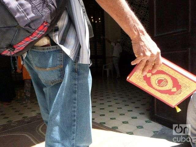 Musulmán cubano con el Corán. Foto: Ángel Marquéz Dolz