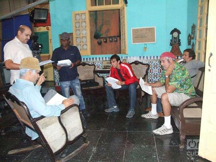 El equipo de Vivir del Cuento prepara una escena en el estudio. Foto: Jorge Cervantes