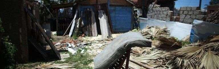 Un colchón, en el exterior de una vivienda en Playa Caimito. Foto: Reuters