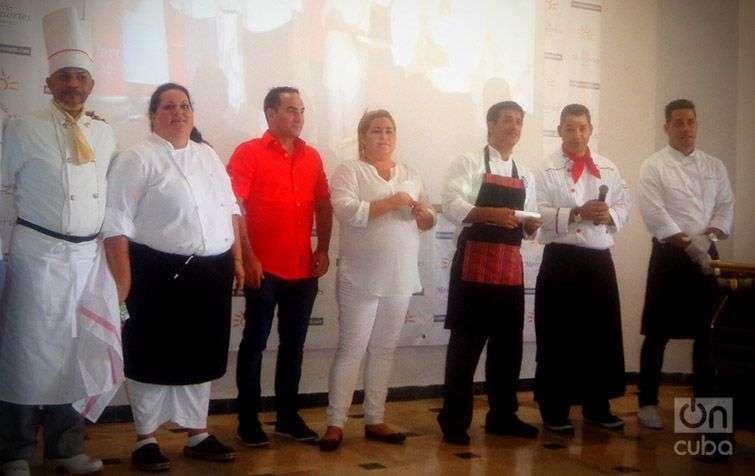 Participantes cubanos junto al chef Javier Ampuero. Foto: Yelena Rodríguez