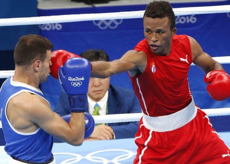 Lázaro Álvarez (rojo) de Cuba, se enfrenta a Carmine Tommasone (azul) de Italia, en las preliminares de la categoría de los 60 Kg. Foto: Roberto Morejón / JIT.