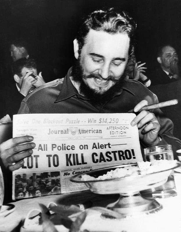 En Nueva York. Fidel Castro se ríe de un titular que detalla un plan para asesinarlo. Foto: Bettmann / Corbis.