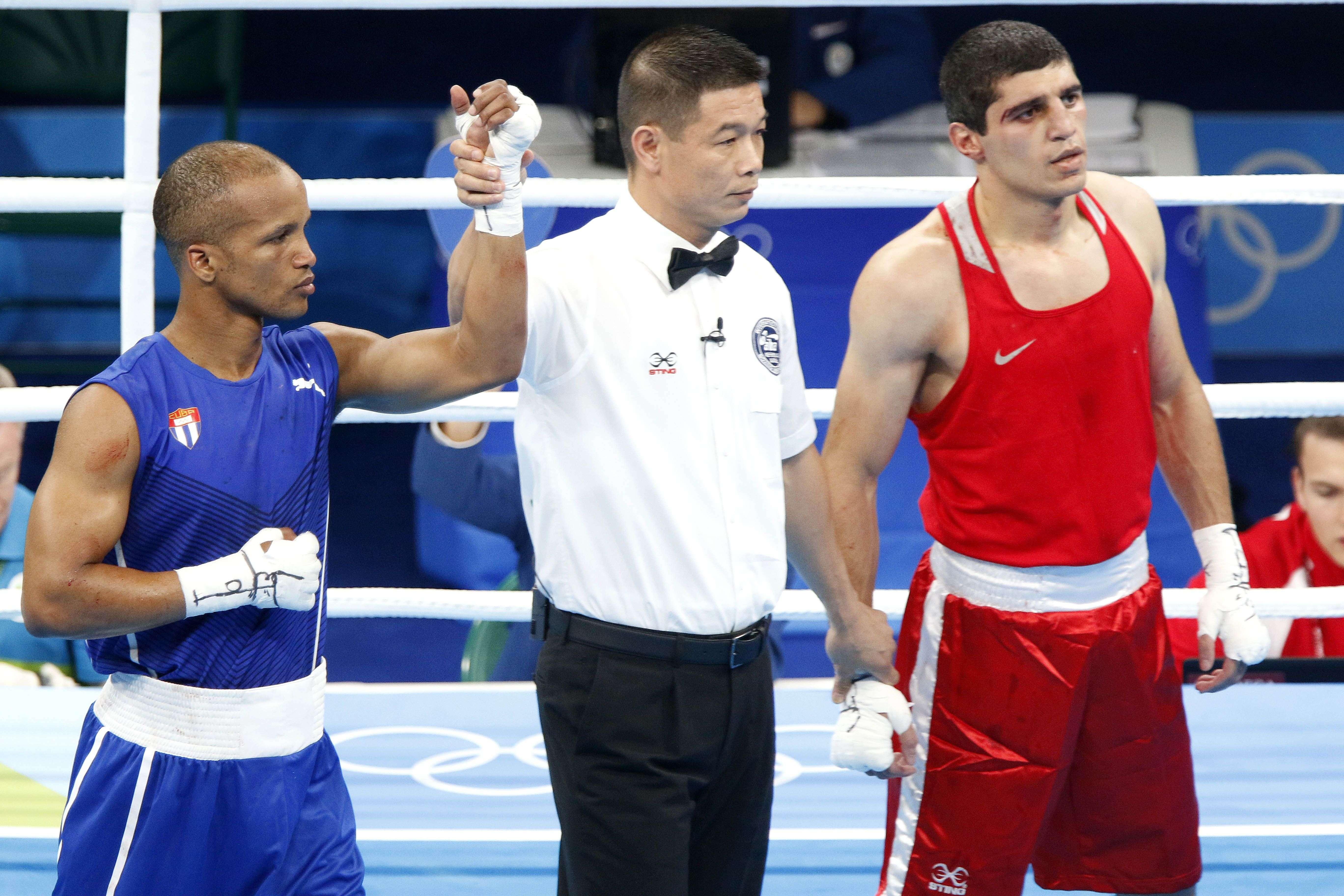 Roniel Iglesias (azul) de Cuba, derrota a Vladimir Margaryan (rojo) de Armenia, en los octavos de final de la categoría de los 69 Kg del boxeo de los Juegos Olímpicos de Río de Janeiro, en el pabellón 6 de Riocentro, en Barra de Tijuca, Brasil, el 11 de agosto de 2016. Foto: Roberto Morejón / JIT