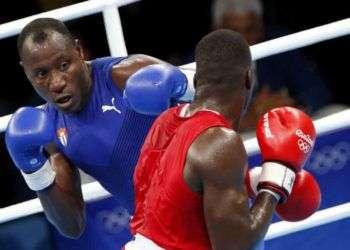 Erislandy Savón (azul) de Cuba, se enfrenta a Lawrence Okolie (rojo) de Gran Bretaña, en las preliminares de la categoría de los 91 Kg del boxeo de los Juegos Olímpicos de Río de Janeiro, en el Pabellón 6 de Riocentro, en Barra de Tijuca, Brasil, el 8 de agosto de 2016. Roberto Morejón / JIT.