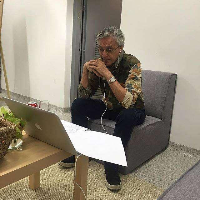 Caetano Veloso ensaya la canción que interpretará en la ceremonia inaugural, cuya dirección está a cargo de Fernando Meirelles.