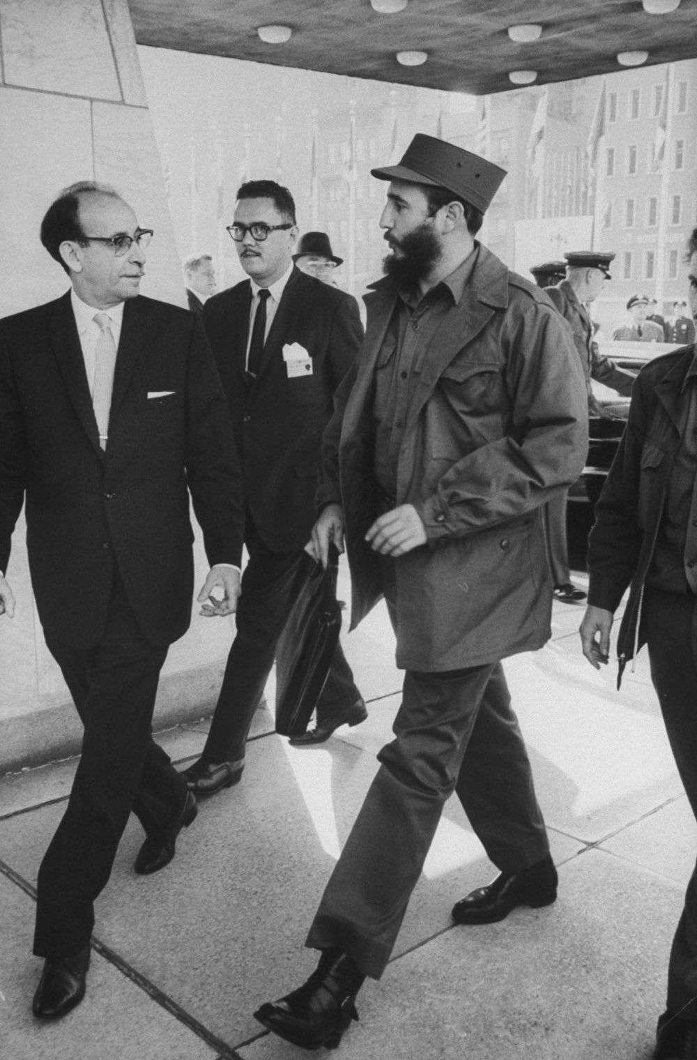 Junto a Raúl Roa, canciller cubano, en la sede de las Naciones Unidas, Nueva York. Foto: Al Fenn