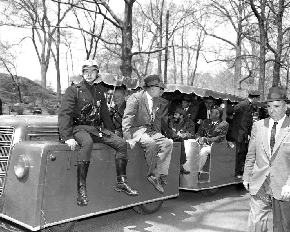 Policías vestidos de civil y en en uniforme aseguran su protección durante visita al Zoológico del Bronx.