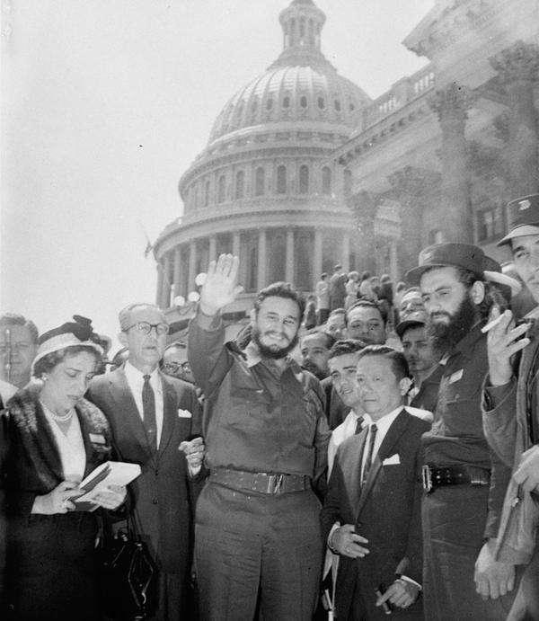 Junto a otros cubanos, en 1959. Al fondo el Capitolio de los Estados Unidos en Washington D.C.