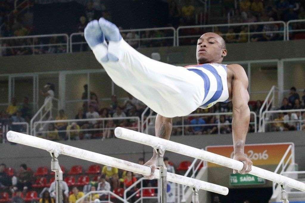 Randy José Lerú Bell de Cuba, compite en las barras paralelas del All Around de la gimnasia artística de los Juegos Olímpicos de Río de Janeiro, en el estadio Arena Olimpica, ubicado en el Parque Olímpico, en Barra de Tijuca, Brasil, el 6 de agosto de 2016. JIT FOTO/Roberto MOREJON