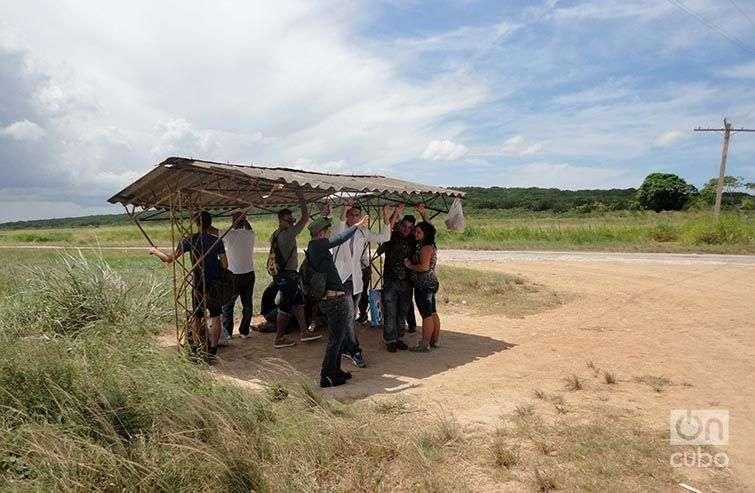 Habitantes de Motembo, a la espera de un transporte. Foto: Maykel González Vivero