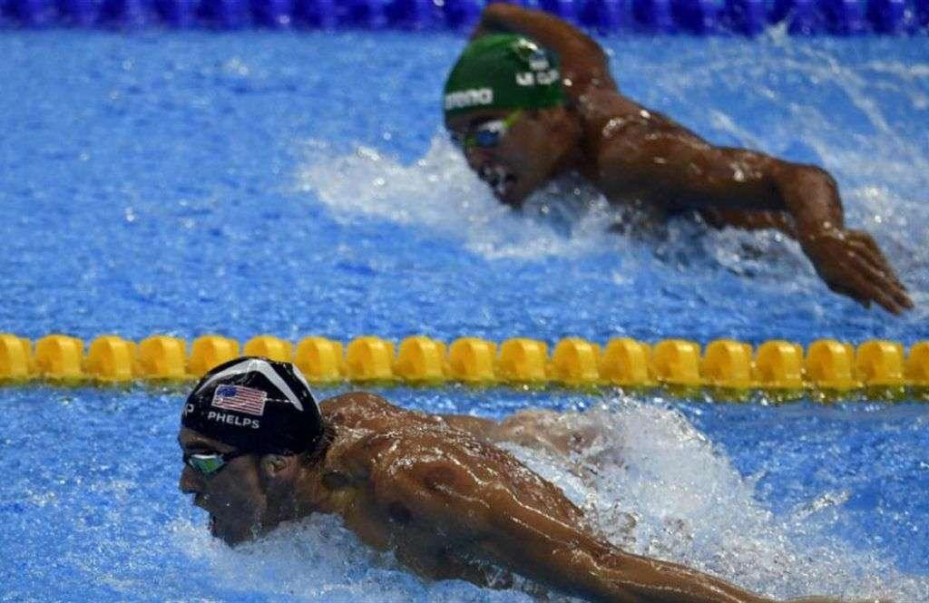 Chad Le Clos mira a Phelps a punto de coronarse. Foto: Getty Images.