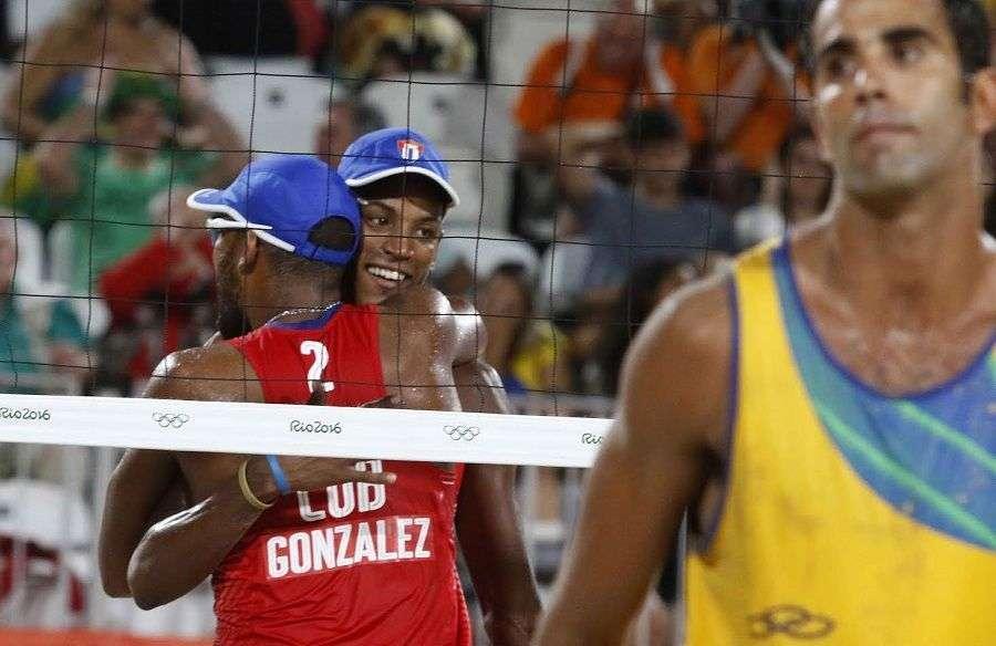 La pareja de Nivaldo Díaz (1) y Sergio González (2) de Cuba, festeja luego de derrotar a la dupla de Brasil, en la etapa eliminatoria del voleibol de playa, de los Juegos Olímpicos de Río de Janeiro, en Copacabana, Brasil, el 7 de agosto de 2016. JIT FOTO/Roberto MOREJON