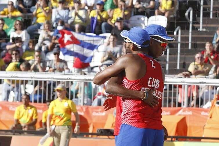 La pareja de Nivaldo Díaz (1) y Sergio González (2) de Cuba, derrota a la pareja austriaca de Clemens Doppler y Alexander Horst, en los octavos de final del voleibol de playa. Foto: Roberto Morejón / JIT.