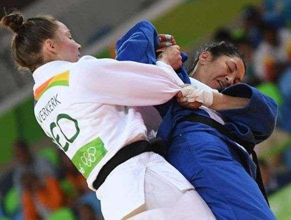 La judoca cubana Yalennis Castillo Ramírez (azul), división 78 kg., se enfrenta a la holandesa Marhinde Verkerk, en el torneo de judo de los Juegos Olímpicos de Río de Janeiro, en el Arena Carioca 2, en Brasil, el 11 de agosto de 2016. Foto: Ricardo López Hevia / Granma