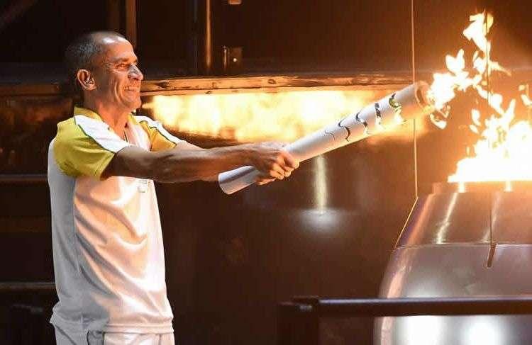 Vanderlei de Lima llevó la llama olímpica al pebetero. Foto: EFE.