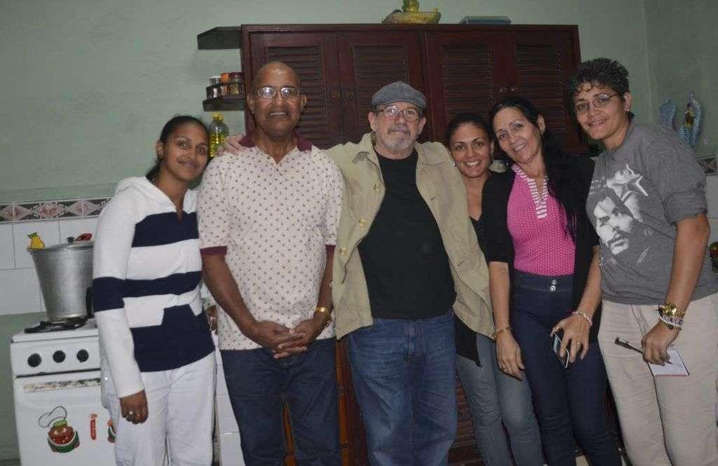 Silvio posa con la familia que lo acogió en el barrio. Foto: Kaloian.
