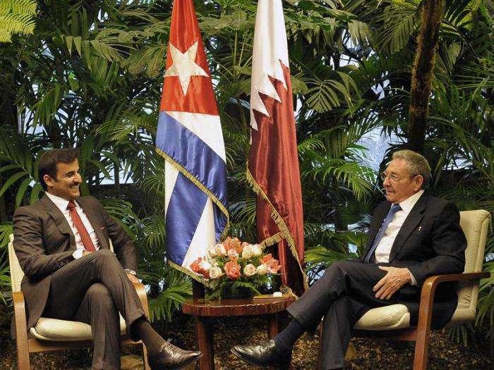 El presidente cubano, Raúl Castro (D), recibe al Emir de Qatar, jeque Tamim Bin Hamad Al-Thani, quien visitó la Isla a finales de 2015. Foto: Estudios Revolución.