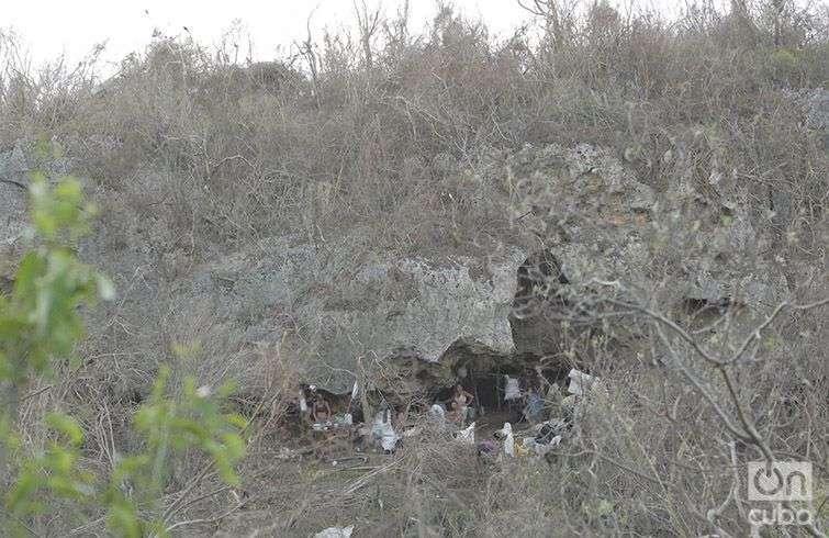 Aunque por el difícil acceso, no pudimos entrevistarlos, nuestro lente captó que el 8 de octubre estas personas permanecían en una cueva en Maísi. Foto: Denise Guerra