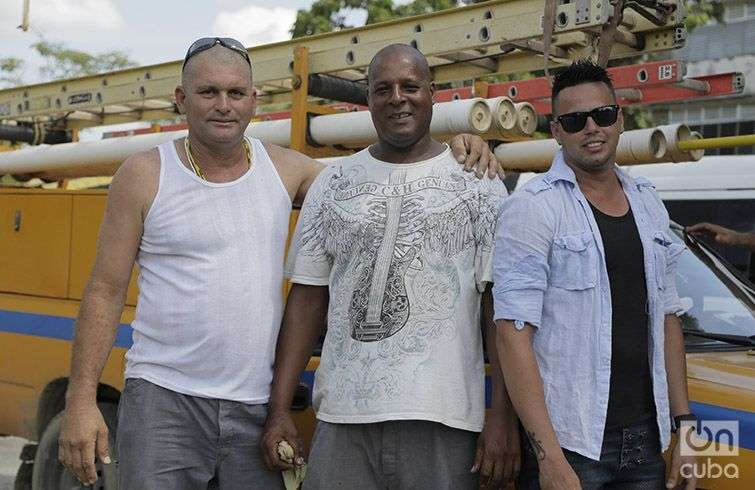 Ricardo Hernández Pérez (a la izquierda), junto a sus colegas de la Unión Eléctrica de Ciego de Ávila. Foto: Denise Guerra