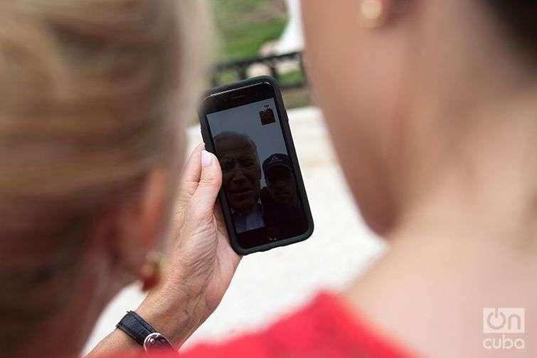 El vicepresidente Joe Biden comunicado desde un punto WiFi en el Parque Agramonte de Camagüey. Foto: Ismario Rodríguez.