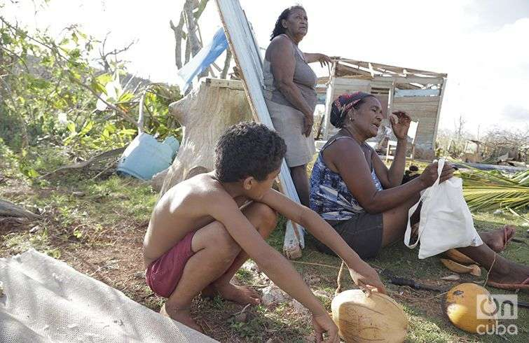 Vilma Gaínza (al centro), lamenta cómo quedó su casa. El hogar de su vecina Ana Lambert (derecha) también sufrió los embates de Matthew . Foto: Denise Guerra