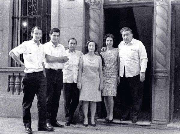 Al centro, Fina y Cintio, frente a la casa de Trocadero.