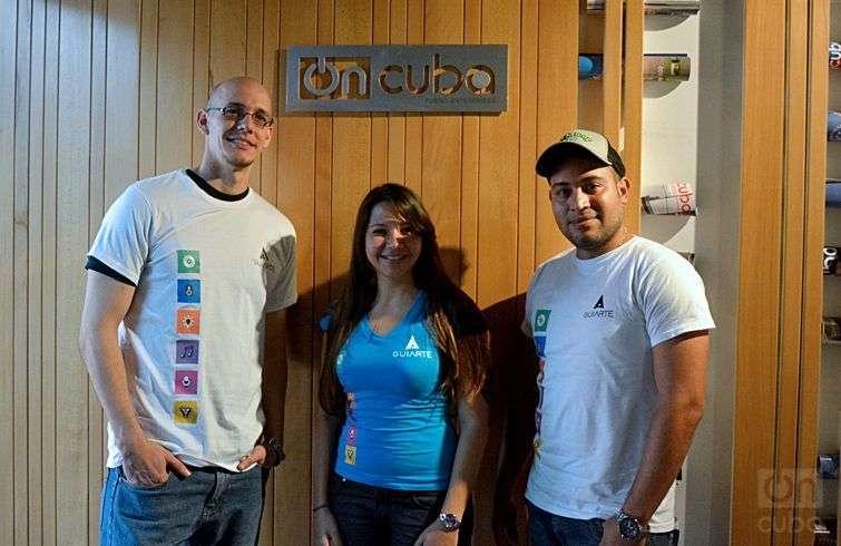 Tres de los creadores de GuiArte en su visita a OnCuba: Manuel Antonio Borroto, Roxana Salazar y Adán Leyva. Foto: Ale Ramírez.