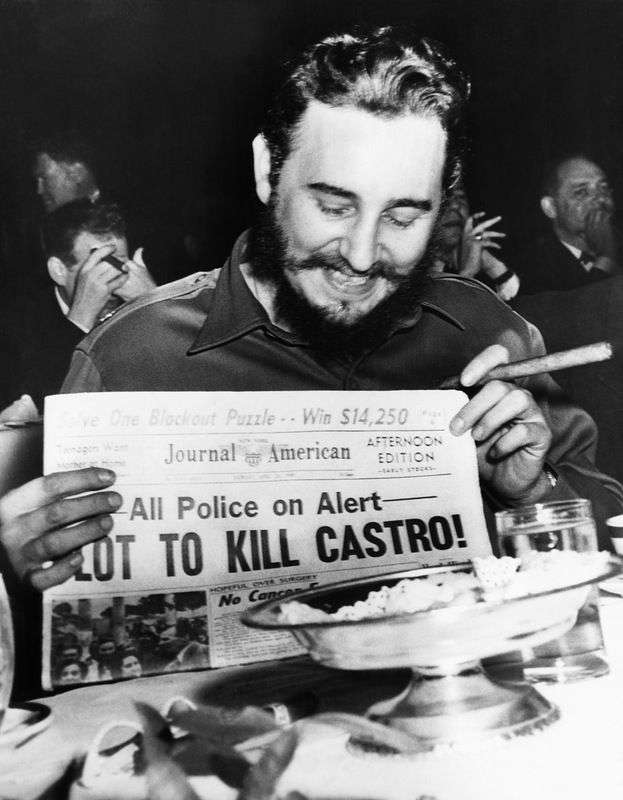 En Nueva York Fidel Castro se ríe de un titular que detalla un plan para asesinarlo. Foto: Bettmann / Corbis.