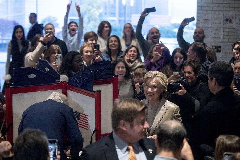 La candidata demócrata, Hillary Clinton, acompañada de su marido y ex presidente, Bill Clinton, sonríe mientras ejerce su derecho a voto en el Colegio Graffin de Chappaqua, Nueva York. Foto: Andrew Harnik / AP.