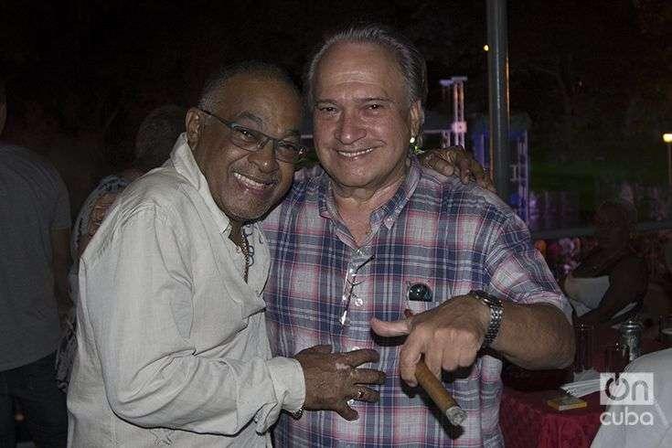 """Frank Fernández quiso felicitar a su """"amigo y pianista excepcional"""". Foto: Regino Sosa."""