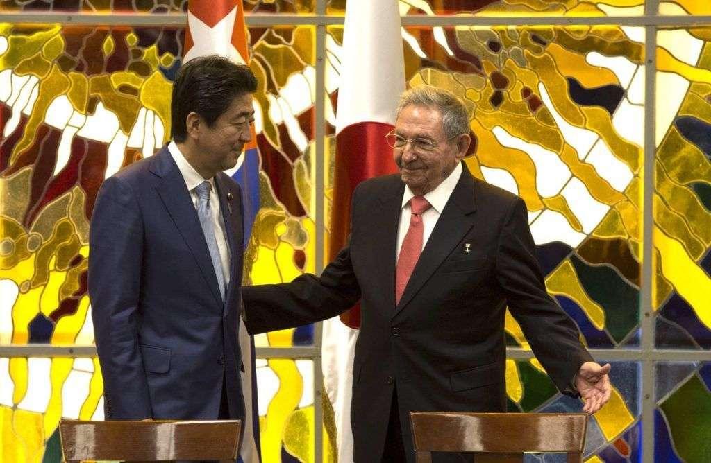 Presidente Raúl Castro y el primer ministro japonés Shinzo Abe, en La Habana, 22 de septiembre. Foto: Ismael Francisco / Cubadebate.