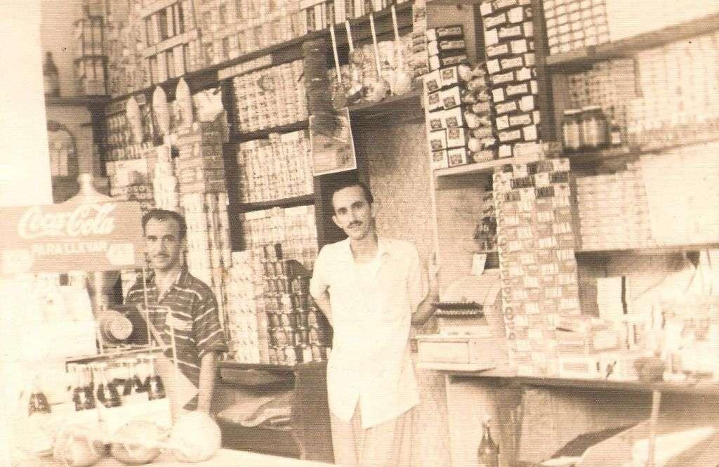 Armando, a la derecha, junto a su hermano Abelardo en al bodeguita. Foto: Cortesía del autor.