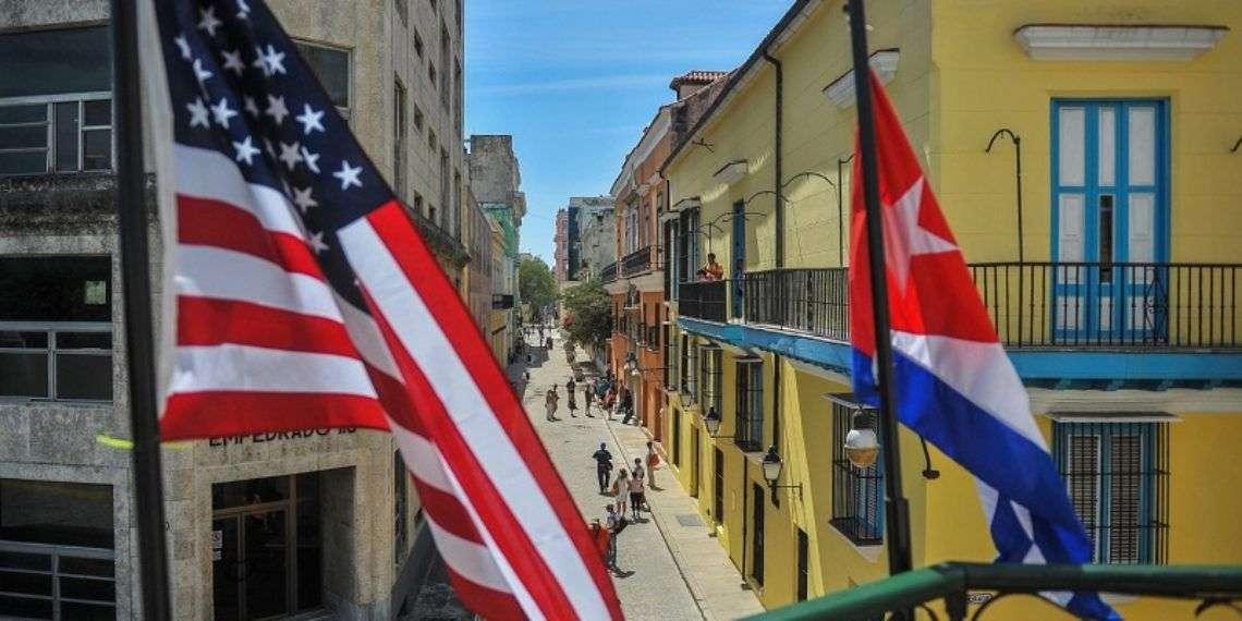 Las banderas de Cuba y Estados Unidos en la fachada del restaurante La Moneda Cubana en La Habana. Foto: Yamil Lage / AFP / Getty Images.