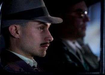 """Gael García Bernal interpreta a Oscar Peluchonneau en """"Neruda"""", de Pablo Larraín."""